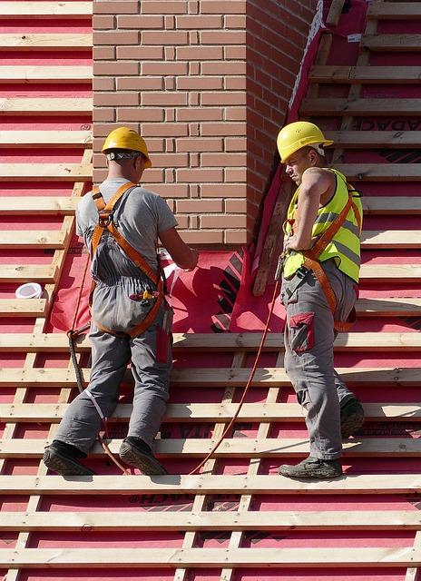 Kim jest dekarz i czym się zajmuje? Poradnik budowlańca